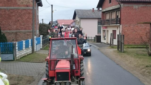 povorka s traktorima